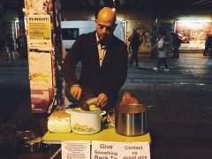 Un refugiado sirio cocina gratis para 'sintecho' alemanes
