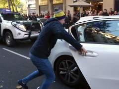 El hijo de un detenido en Barcelona intent� sacar a su padre de un coche policial