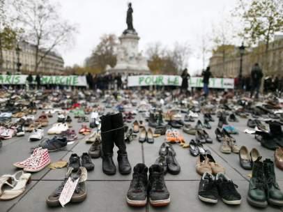 Miles de zapatos llenan una plaza de Par�s