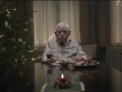 Un abuelo finge su muerte en un anuncio para reunir a su familia en Navidad