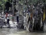 niños indonesios juegan con desechos