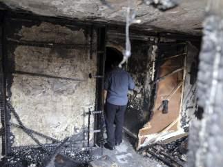 Un agente de seguridad comprueba los daños en el restaurante atacado en el barrio de Aguza, al oeste de El Cairo.