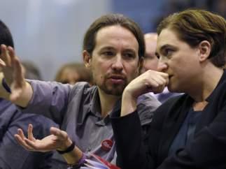 El líder de Podemos, Pablo Iglesias y la alcaldesa de Barcelona, Ada Colau.
