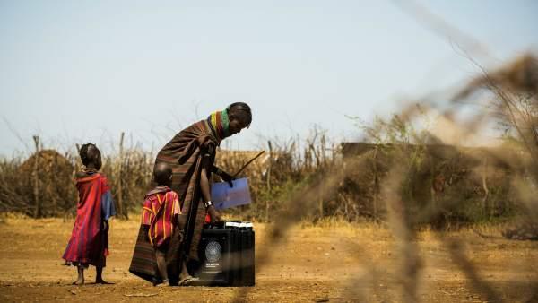 Nómadas acarreando la mochila que potabiliza agua