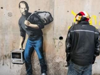 Steve Jobs protagoniza un graffiti de Banksy como hijo de un inmigrante sirio