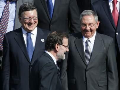 Manuel Barroso, Raúl Castro y Mariano Rajoy en una cumbre internacional en Santiago de Chile en 2013.