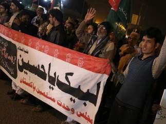 Pakistaníes chiítas se manifiestan contra el atentado que tuvo lugar este sábado en un mercado de Parachinar.