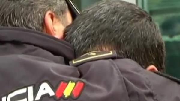 Un policía llora la muerte de su compañero en Kabul