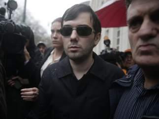 El presidente ejecutivo de Turing Pharmaceuticals, Martin Shkreli, deja el tribunal federal de Estados Unidos después de comparecer este jueves por cargos de fraude de valores en Brooklyn.