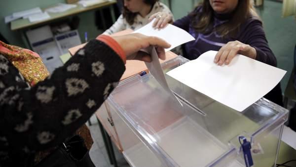 Urnas en una colegio electoral