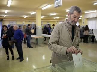 El número dos en la lista electoral de Podemos por Zaragoza, Julio Rodríguez, vota en el colegio electoral San Pío X de Majadahonda.