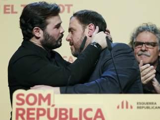 El candidato de ERC al Congreso Gabriel Rufián (izquierda) celebra junto al líder de la formación independentista, Oriol Junqueras, los resultados obtenidos el 20-D.