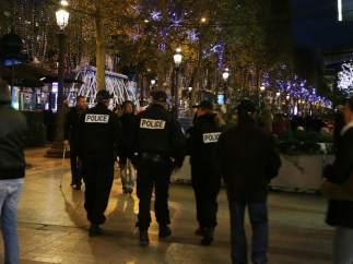 Policías patrullando París