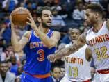 Jose Manuel Calderon ante el alero de Atlanta Hawks, Mike Scott