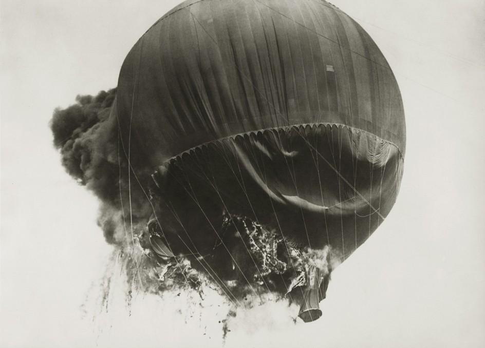 Anonym (Keystone) - Prof. Piccards Ballon von Flammen zerstört, 25. Mai 1937 . Un globo aerostático ardiendo en 1937