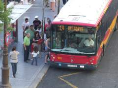 Un autobús de Tussam en la plaza del Duque de Sevilla.