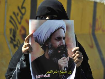 Mujer protesta por la condena de muerte a Al Nimr