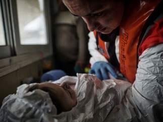 Un bebé llega a Grecia en patera