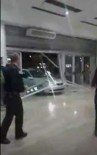 Cinco ladrones crean el p nico empotrando su coche contra - Centro comercial sant boi ...