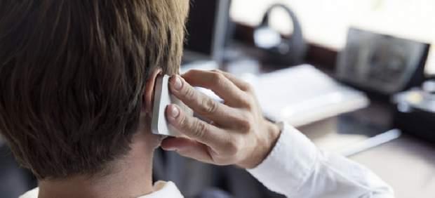 Un hombre habla por el móvil