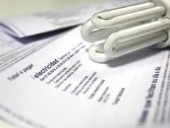 Bajar el IVA, cambiar la subasta, auditar los costes... ¿qué propone cada partido para reducir el recibo de la luz?