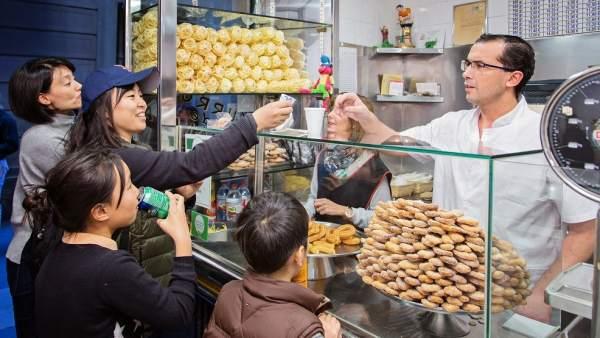 La churrería San Román (calle Banys Nous, nº 8 de Barcelona) tiene un 80% de clientela asiática.