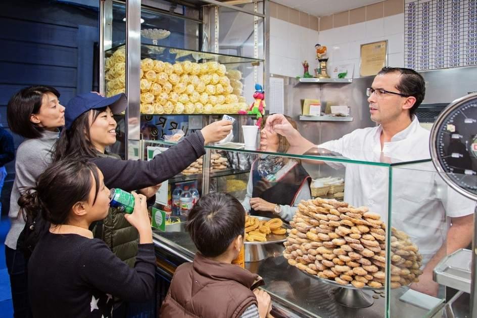 El turismo japon s se afianza en barcelona y sube un 9 en for Pisos asiaticas barcelona