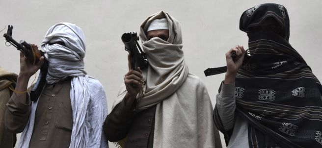 Talibanes entregan sus armas