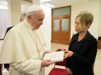 El papa Francisco recibe una copia de su primer libro