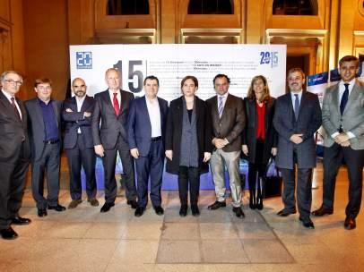 El equipo directivo de 20minutos y Grupo Heraldo junto a la alcaldesa de Barcelona, Ada Colau, Jaume Collboni (líder del PSC en Barcelona) y Xavier Trias (líder de CiU en Barcelona).