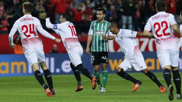 517ba4cd3 Gol del Sevilla al Betis. Los jugadores del Sevilla celebran uno ...