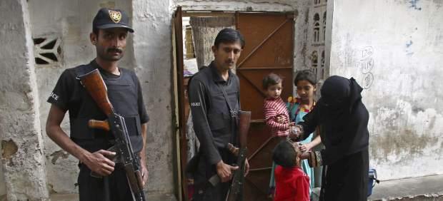 Un guardia mata a tiros a un niño en Pakistán al asustarse porque llevaba una máscara