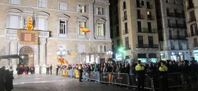 Abucheos a políticos en el Palau de la Generalitat
