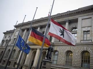 Banderas a media asta de la UE, Alemania y Berlín