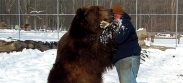 La increíble historia de amistad entre un gigantesco oso y su cuidador que arrasa en Facebook