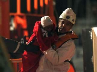 Un bebé rescatado de una patera