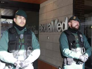 Agentes Guardia Civil puerta Acuamed
