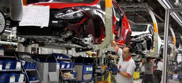 Trabajadores en la línea de producción de la planta de SEAT en Martorell.