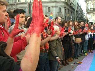 Manos pintadas de roja en manifestación contra agresiones homófobas