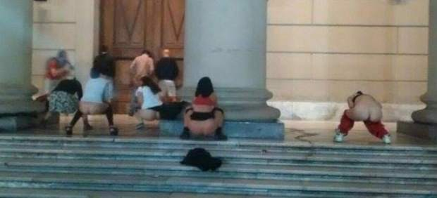 Chicas meando en el piso