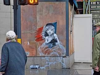 Mural crítico de Banksy frente a la embajada francesa en Londres