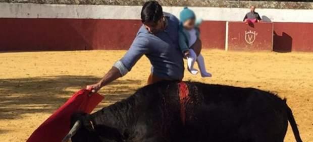 Polémica en las redes por la foto de Fran Rivera toreando con su hija Carmen