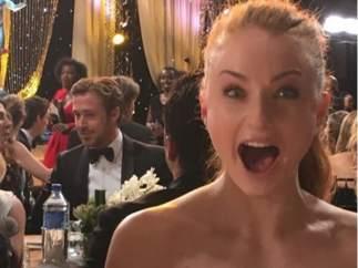 Esta es la foto que publicó Sophie Turner, con Gosling al fondo