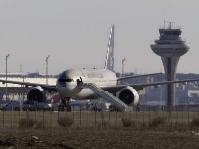 El avión de Saudia, inspeccionado en la pista de Barajas
