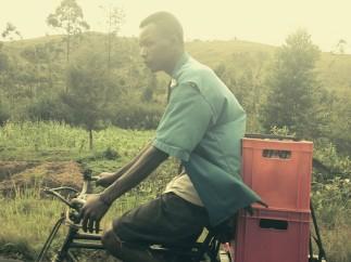 Foto con un iPhone de un ciclista en Burundi