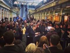 Elton John toca el piano en una estación de tren de Londres
