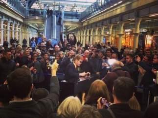 Elton John toca el piano en una estación londinense