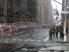 Al menos un muerto y dos heridos graves al caerse una grúa en Nueva York