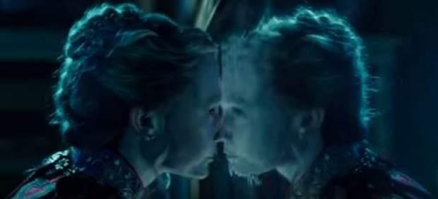 La voz de Alan Rickman vuelve a sonar en el nuevo tráiler de 'Alicia a través del espejo'
