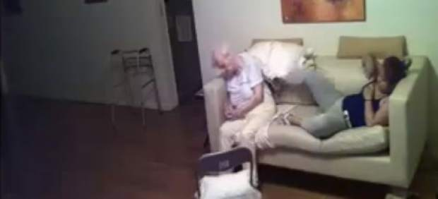 Publica en Facebook un vídeo con los maltratos de la cuidadora a su madre, con alzhéimer